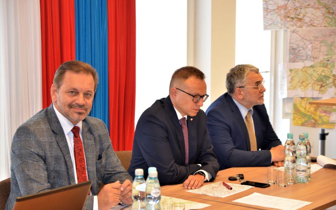 Spotkanie w sprawie ważnych inwestycji drogowych w powiecie z udziałem Ministra Sobonia