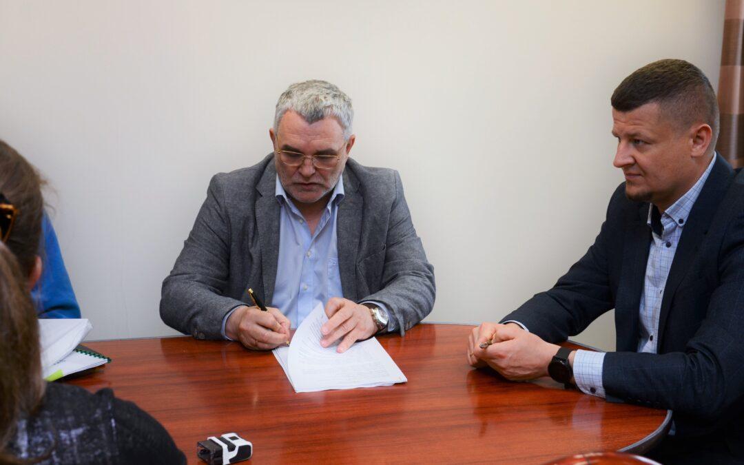 Podpisanie umowy na remont budynku